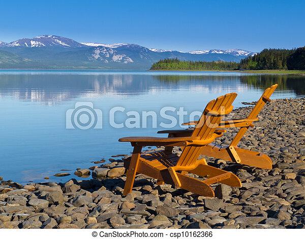 Sillones de cubierta de madera con vistas al lago Laberge - csp10162366