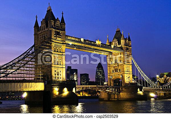El puente de la torre en Londres por la noche - csp2503529
