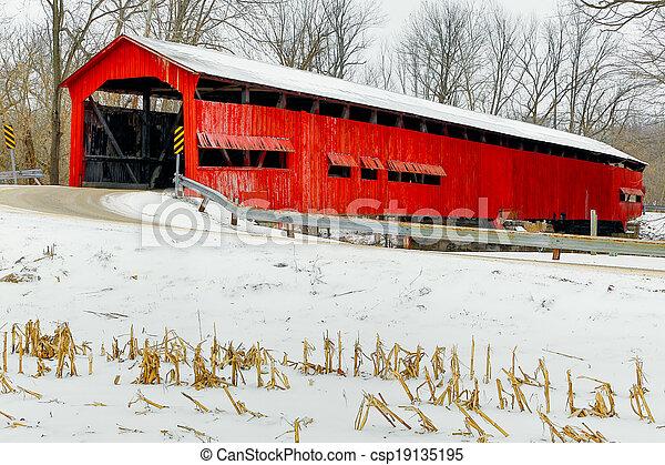 El puente rojo cubierto a mitad del invierno - csp19135195