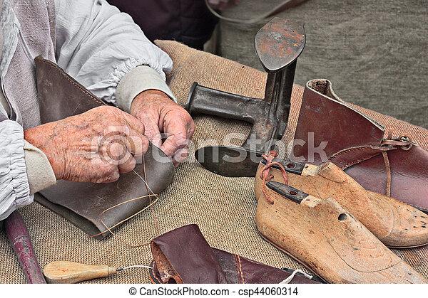 El zapatero hace zapatos artesanos - csp44060314