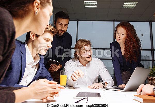 Hombre de negocios haciendo presentación en la oficina - csp53083604