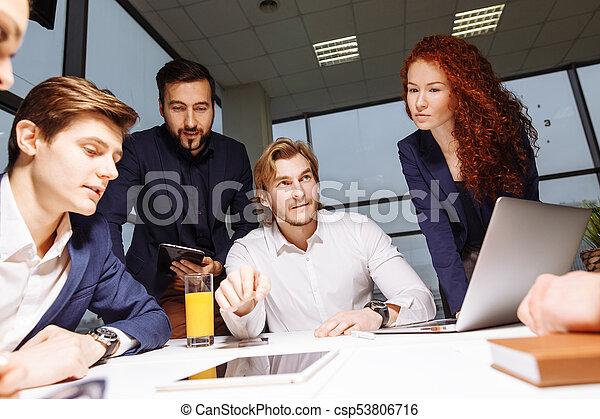 Hombre de negocios haciendo presentación en la oficina - csp53806716