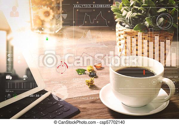 La taza de café y la mesa digital atracan teclados inteligentes, hierbas de flores, estilo pluma en la mesa de madera, efecto filtro - csp57702140