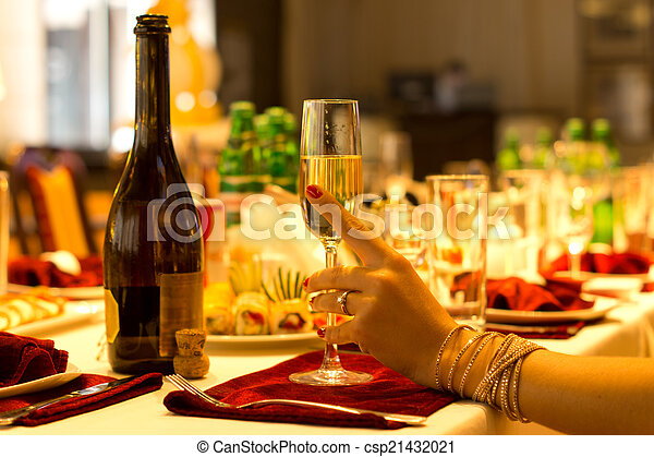 Una mujer elegante sosteniendo una flauta de champán - csp21432021