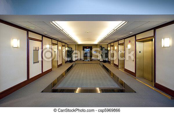 Ascensores en el edificio de oficinas - csp5969866
