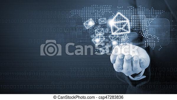 Una mujer de negocios sosteniendo un ícono de marketing de E-mail - csp47283836