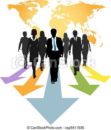 Los empresarios globales avanzan flechas - csp5411936