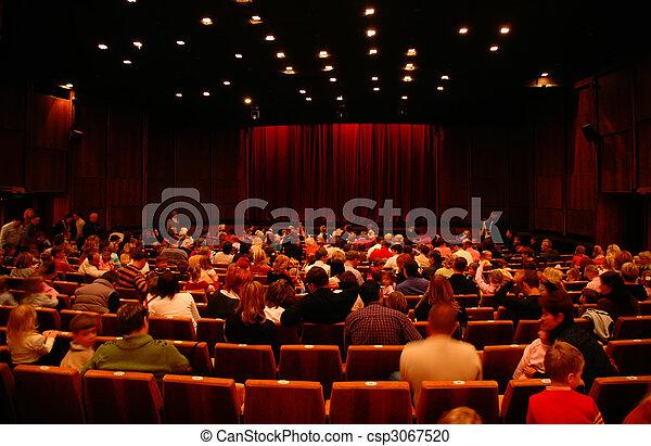 En el cine antes de la sesión - csp3067520