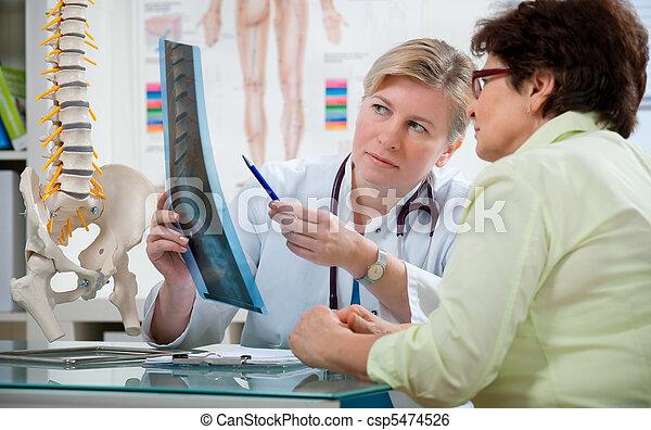 En la consulta del médico - csp5474526