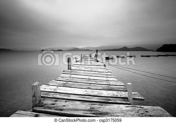 Mirando sobre un muelle y barcos, blanco y negro - csp3175059