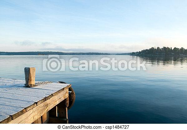 Mira sobre un lago tranquilo - csp1484727
