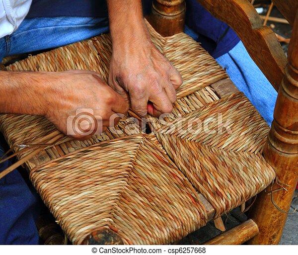 Enea tradicional spain reed las manos de hombre artesanal trabajando - csp6257668