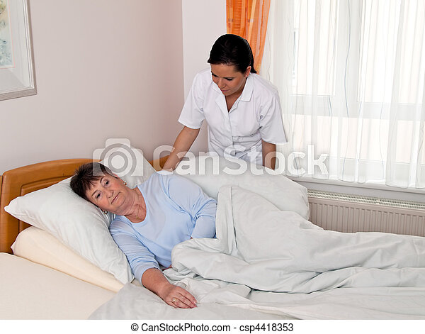 Enfermera en cuidados ancianos en asilos - csp4418353
