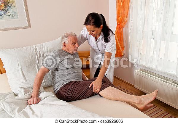 Enfermera en cuidados ancianos en asilos - csp3926606