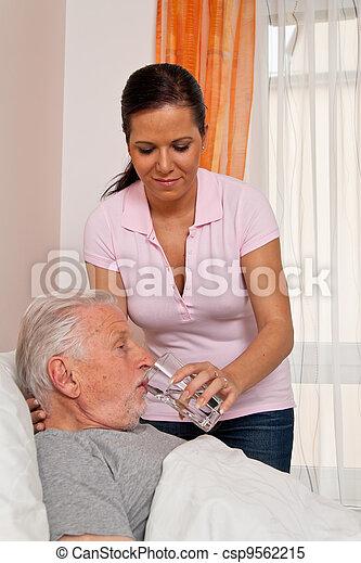 Enfermera en cuidados ancianos para los ancianos en Altenhei - csp9562215