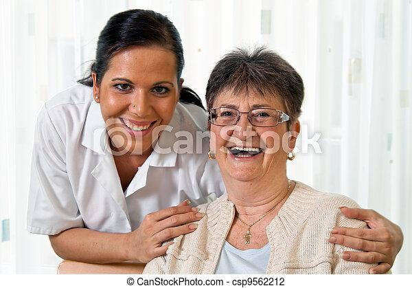 Enfermera en cuidados ancianos para los ancianos en Altenhei - csp9562212