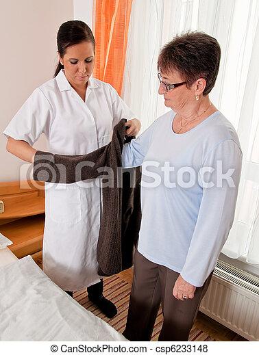 Enfermera en cuidados viejos - csp6233148