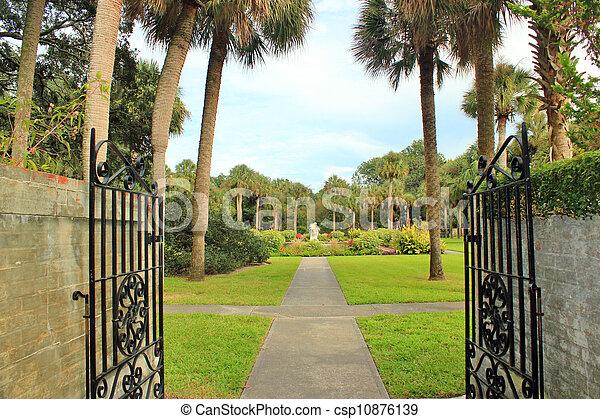 Entrada del jardín - csp10876139