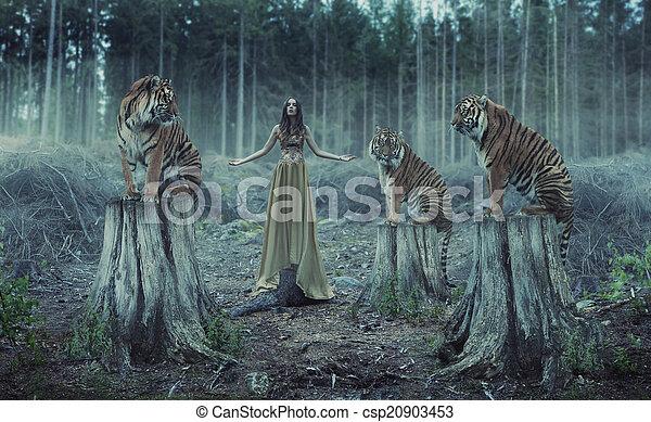 Entrenadora atractiva con tigres - csp20903453