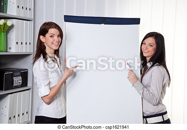 Entrenamiento de negocios por y por mujeres jóvenes - csp1621941