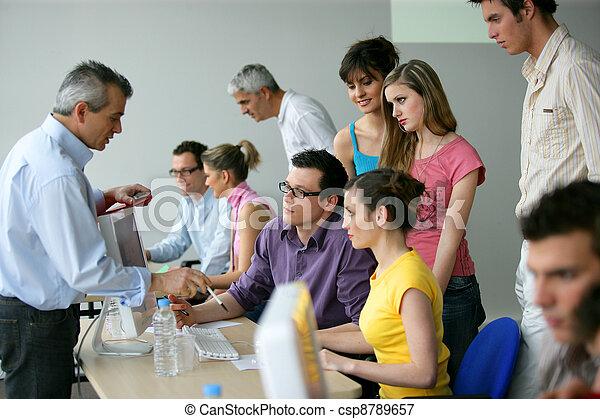 Negocios en un entrenamiento educativo - csp8789657