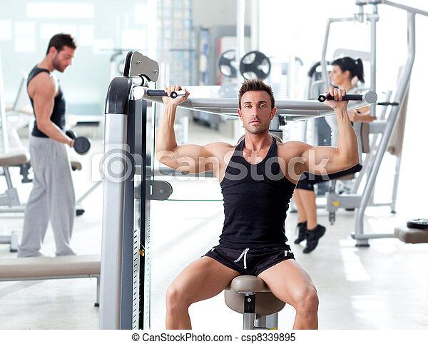 Un grupo deportivo de gente entrenando - csp8339895