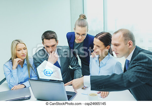 Equipo de negocios con portátil teniendo una discusión - csp24665145