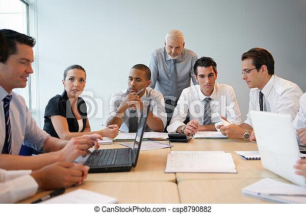 Equipo de negocios en un entrenamiento profesional - csp8790882