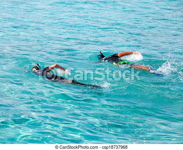Dos hombres en el mar con el equipo para bucear - csp18737968