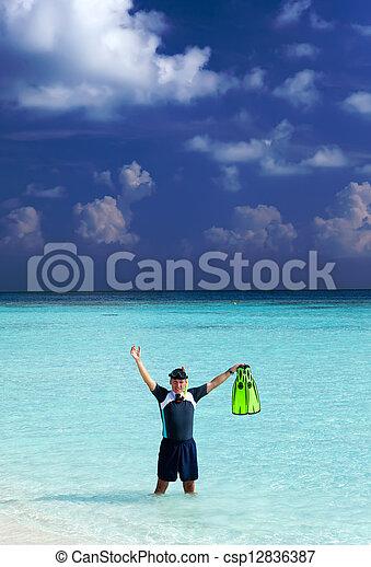 Un hombre en el mar con el equipo para un buceo - csp12836387