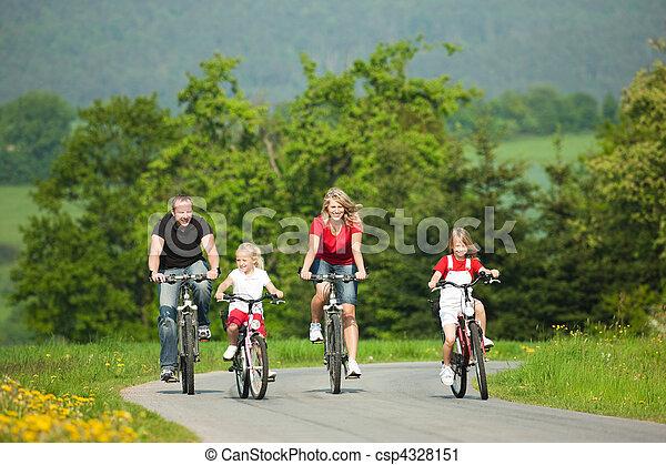 Familia montando bicicletas - csp4328151
