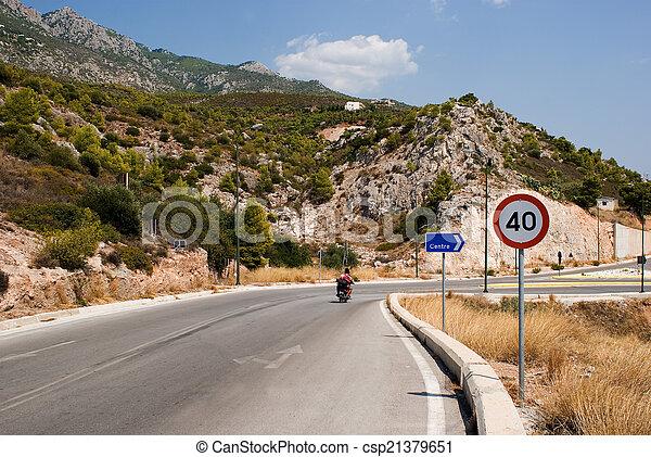 Un motociclista solitario en la carretera - csp21379651