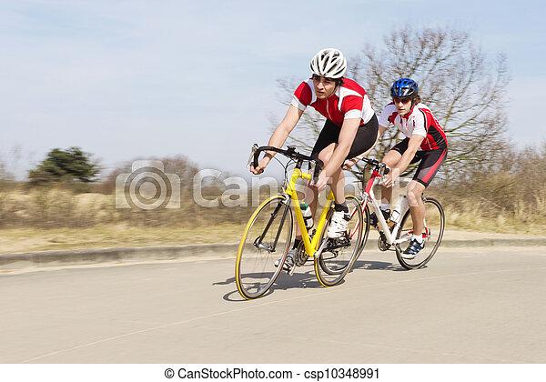 Los ciclistas montan bicicletas en camino abierto - csp10348991