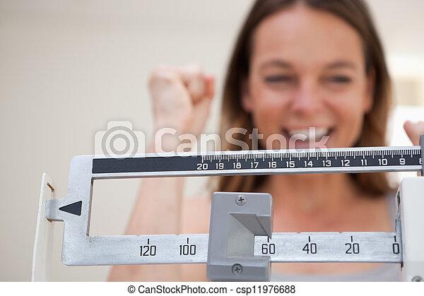 La escala muestra pérdida de peso - csp11976688