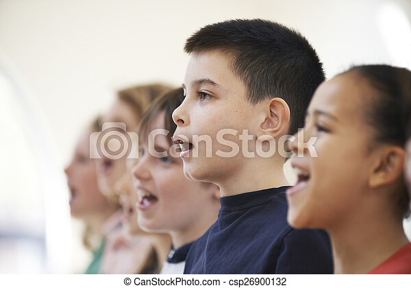Un grupo de niños cantando juntos en el coro - csp26900132