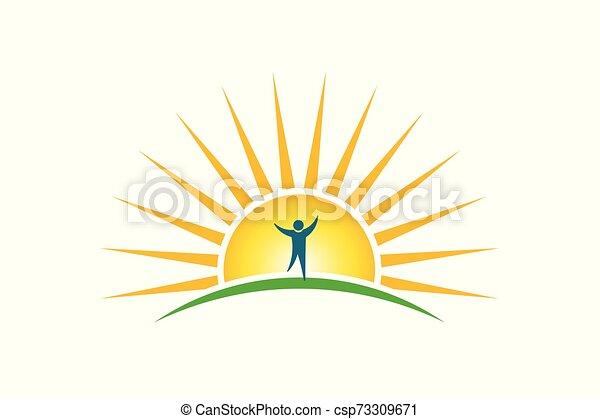 Gente feliz en el logo de la mañana. El concepto de esperanza y fuerza - csp73309671