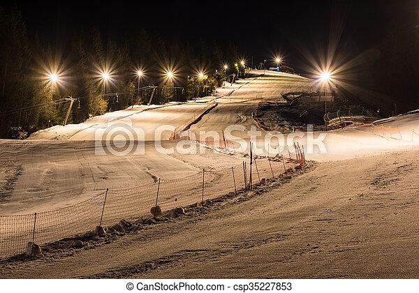 Esquí nocturno en una noche clara - csp35227853