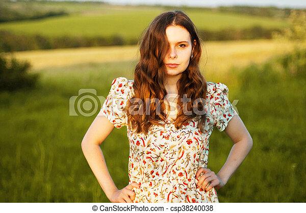 La Estancia De Una Joven Es Un Campo Quemado La Mujer Esta Frente A La Camara Y La Luz Visible Goteando Una Chica Parada En Canstock