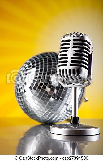 Micrófono estilo retro, fondo musical, concepto saturado de música - csp27394500