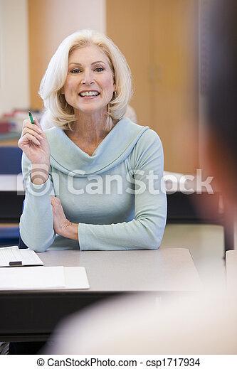 Estudiante adulto en clase con profesor. - csp1717934