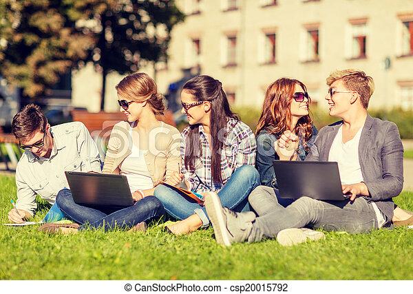 Estudiantes o adolescentes con computadoras portátiles - csp20015792