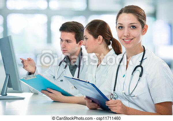 Estudiantes médicos - csp11711460