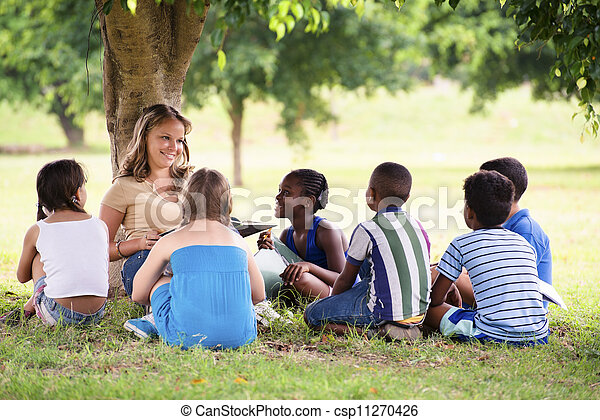 Niños y educación, maestros leyendo libros a jóvenes estudiantes - csp11270426