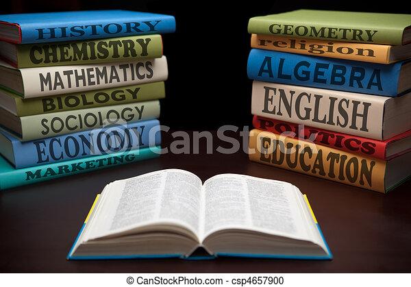 La educación estudia libros y manzanas - csp4657900