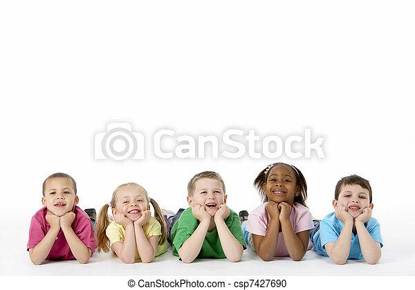 Grupo de niños en estudio - csp7427690