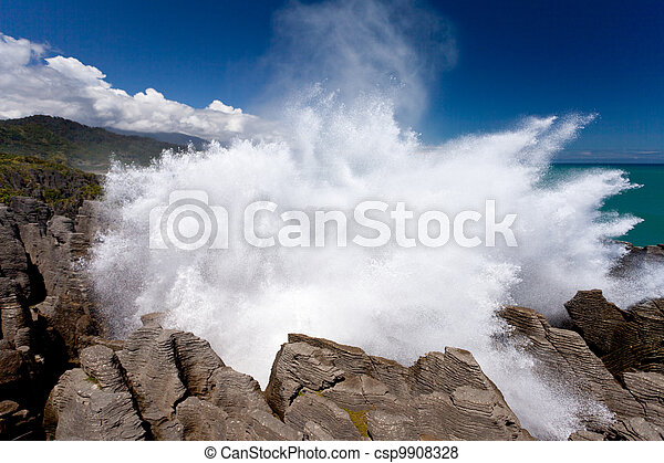 Explotando surf en Pancake Rocks de Punakaiki, NZ - csp9908328