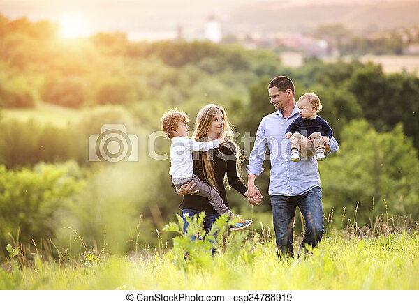 Familia feliz - csp24788919