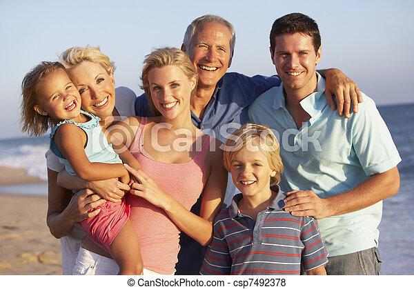 Retrato de la familia de tres generaciones en la playa - csp7492378