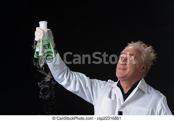 Felices estudios clínicos en el laboratorio y sosteniendo petacas arriba. Un hombre parado en el fondo negro y levantado petaca - csp22316861
