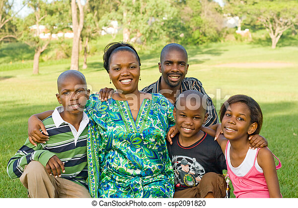 Feliz familia africana - csp2091820